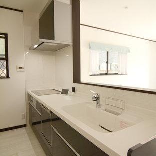 Foto di una cucina lineare moderna con lavello integrato, ante lisce, ante marroni, top in superficie solida, paraspruzzi marrone, paraspruzzi con lastra di vetro, pavimento in legno verniciato e pavimento bianco