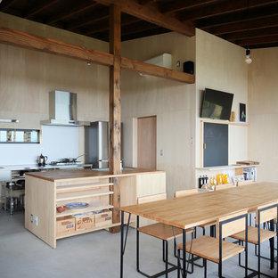 東京23区のアジアンスタイルのおしゃれなキッチン (シングルシンク、オープンシェルフ、木材カウンター、グレーの床) の写真