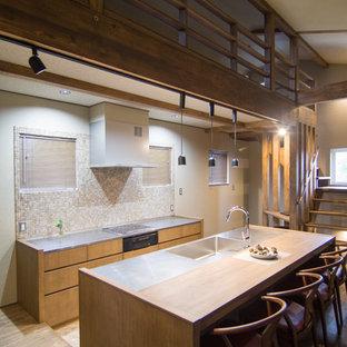 他の地域のコンテンポラリースタイルのおしゃれなキッチン (一体型シンク、フラットパネル扉のキャビネット、中間色木目調キャビネット、ステンレスカウンター、ベージュキッチンパネル、茶色いキッチンカウンター) の写真