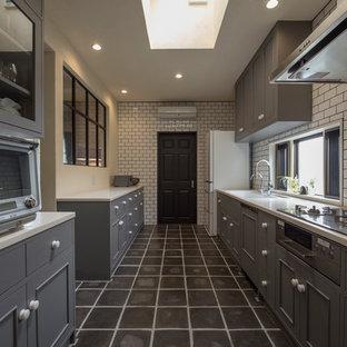 横浜のカントリー風おしゃれなキッチン (一体型シンク、落し込みパネル扉のキャビネット、グレーのキャビネット、白いキッチンパネル、サブウェイタイルのキッチンパネル、グレーの床、白いキッチンカウンター) の写真