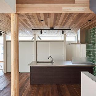 東京23区のコンテンポラリースタイルのおしゃれなキッチン (シングルシンク、濃色無垢フローリング、茶色い床) の写真