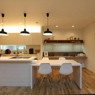 東京23区のカントリー風おしゃれなキッチン (アンダーカウンターシンク、フラットパネル扉のキャビネット、中間色木目調キャビネット、オニキスカウンター、シルバーの調理設備の、淡色無垢フローリング、ベージュの床) の写真