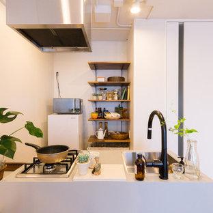 東京23区のモダンスタイルのおしゃれなキッチン (シングルシンク、無垢フローリング、茶色い床) の写真