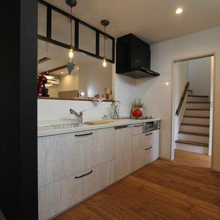 他の地域のカントリー風おしゃれなキッチン (淡色木目調キャビネット、人工大理石カウンター、白いキッチンパネル、無垢フローリング、茶色い床、白いキッチンカウンター) の写真
