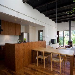 Idéer för orientaliska kök, med en undermonterad diskho, släta luckor, bänkskiva i koppar, svarta vitvaror, mörkt trägolv, en köksö, brunt golv, skåp i mellenmörkt trä och vitt stänkskydd