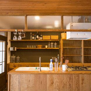 他の地域のアジアンスタイルのおしゃれなキッチン (中間色木目調キャビネット、グレーのキッチンパネル) の写真