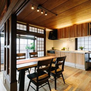 他の地域の小さい和風のおしゃれなキッチン (アンダーカウンターシンク、中間色木目調キャビネット、人工大理石カウンター、白いキッチンパネル、木材のキッチンパネル、黒い調理設備、無垢フローリング、ベージュの床、白いキッチンカウンター) の写真