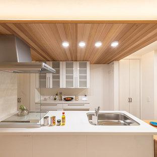 大阪の北欧スタイルのおしゃれなキッチン (シングルシンク、ガラス扉のキャビネット、白いキャビネット、白いキッチンカウンター) の写真