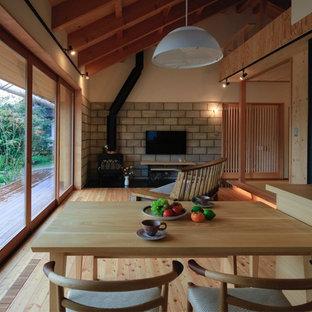 アジアンスタイルのおしゃれなキッチン (アンダーカウンターシンク、インセット扉のキャビネット、淡色木目調キャビネット、シルバーの調理設備の、淡色無垢フローリング、ベージュの床) の写真