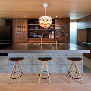 大阪の北欧スタイルのおしゃれなアイランドキッチン (トリプルシンク、フラットパネル扉のキャビネット、濃色木目調キャビネット、グレーのキッチンパネル、グレーのキッチンカウンター) の写真