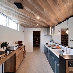 他の地域の広いコンテンポラリースタイルのおしゃれなII型キッチン (アンダーカウンターシンク、フラットパネル扉のキャビネット、黒いキャビネット、木材カウンター、アイランドなし、グレーの床、茶色いキッチンカウンター、板張り天井) の写真