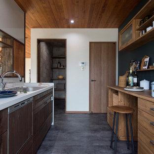 他の地域のカントリー風おしゃれなアイランドキッチン (シングルシンク、落し込みパネル扉のキャビネット、中間色木目調キャビネット、白いキッチンパネル、グレーの床) の写真