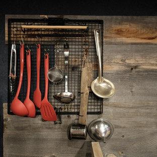 他の地域の広い和風のおしゃれなキッチン (シングルシンク、オープンシェルフ、ステンレスキャビネット、木材カウンター、メタリックのキッチンパネル、シルバーの調理設備、濃色無垢フローリング、黒い床、ベージュのキッチンカウンター) の写真