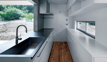 白い扉とモルタル、ステンレスのコンビネーションが美しい