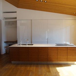 福岡のモダンスタイルのおしゃれなキッチン (アンダーカウンターシンク、人工大理石カウンター、無垢フローリング、緑の床、白いキッチンカウンター) の写真