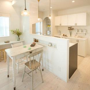 名古屋の北欧スタイルのおしゃれなキッチン (落し込みパネル扉のキャビネット、白いキャビネット、白いキッチンパネル、塗装フローリング、白い床) の写真