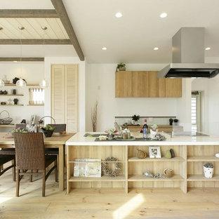 他の地域のカントリー風おしゃれなキッチン (シングルシンク、フラットパネル扉のキャビネット、淡色木目調キャビネット、淡色無垢フローリング、ベージュの床) の写真