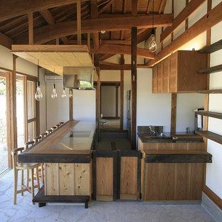 他の地域の中くらいのアジアンスタイルのおしゃれなI型キッチン (シングルシンク、グレーの床、茶色いキッチンカウンター) の写真