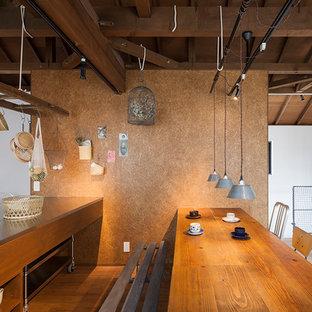 東京23区のアジアンスタイルのおしゃれなキッチン (オープンシェルフ、中間色木目調キャビネット、無垢フローリング、茶色い床、グレーのキッチンカウンター) の写真
