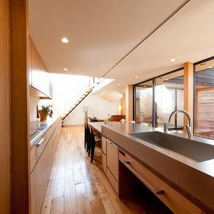 他の地域の和風のおしゃれなキッチン (一体型シンク、フラットパネル扉のキャビネット、中間色木目調キャビネット、ステンレスカウンター、無垢フローリング、茶色い床) の写真