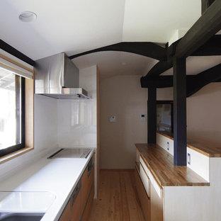 他の地域の和風のおしゃれなキッチン (アンダーカウンターシンク、インセット扉のキャビネット、中間色木目調キャビネット、人工大理石カウンター、白いキッチンパネル、セラミックタイルのキッチンパネル、シルバーの調理設備の、淡色無垢フローリング、アイランドなし) の写真