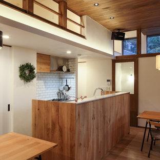 東京23区のエクレクティックスタイルのおしゃれなキッチン (無垢フローリング、茶色い床) の写真