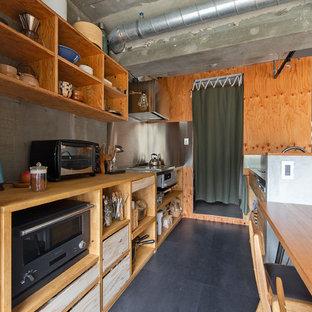 京都のインダストリアルスタイルのおしゃれなキッチン (オープンシェルフ、中間色木目調キャビネット、ステンレスカウンター、グレーの床) の写真