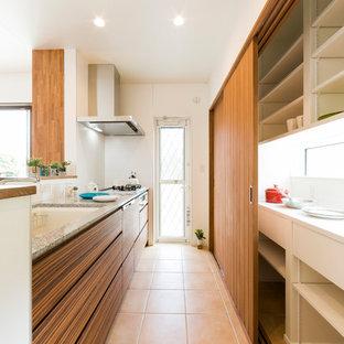 他の地域のカントリー風おしゃれなキッチン (中間色木目調キャビネット、御影石カウンター、シルバーの調理設備の、磁器タイルの床、ベージュの床、白いキッチンカウンター) の写真