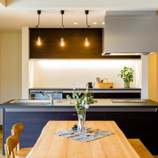 名古屋のモダンスタイルのおしゃれなキッチン (シングルシンク、フラットパネル扉のキャビネット、濃色木目調キャビネット、無垢フローリング、茶色い床) の写真