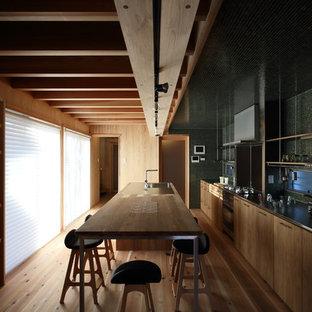 名古屋の中サイズのI型北欧スタイルの独立型キッチンの画像 (一体型シンク、インセット扉のキャビネット、濃色木目調キャビネット、ステンレスカウンター、緑のキッチンパネル、モザイクタイルのキッチンパネル、シルバーの調理設備、無垢フローリング、アイランド1つ、ベージュの床、茶色いキッチンカウンター)