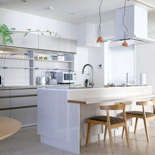 東京23区の中くらいの北欧スタイルのおしゃれなキッチン (インセット扉のキャビネット、ベージュのキャビネット、人工大理石カウンター、ベージュの床、白いキッチンカウンター) の写真