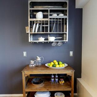 他の地域の小さい北欧スタイルのキッチンの画像 (オープン棚、中間色木目調キャビネット、木材カウンター、淡色無垢フローリング)