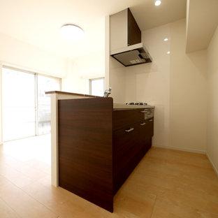 Ispirazione per una cucina minimalista con pavimento in compensato, isola e pavimento beige