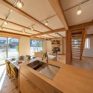 和風のおしゃれなキッチン (アンダーカウンターシンク、インセット扉のキャビネット、中間色木目調キャビネット、白いキッチンパネル、シルバーの調理設備の、無垢フローリング、茶色い床、茶色いキッチンカウンター) の写真