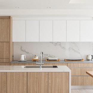 Diseño de cocina lineal, moderna, abierta, con fregadero bajoencimera, armarios con rebordes decorativos, puertas de armario de madera clara, encimera de cuarzo compacto, electrodomésticos de acero inoxidable, suelo de madera clara, una isla, suelo beige, encimeras blancas y papel pintado