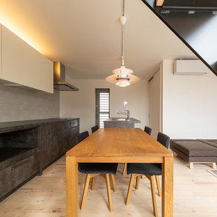 東京23区のモダンスタイルのおしゃれなキッチン (アンダーカウンターシンク、インセット扉のキャビネット、グレーのキャビネット、白いキッチンパネル、サブウェイタイルのキッチンパネル、シルバーの調理設備、淡色無垢フローリング、ベージュの床、グレーのキッチンカウンター) の写真