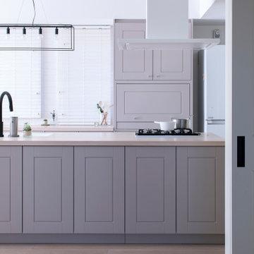 納入事例:白を基調とした空間に佇むのは、ミンクグレーの框扉を使ったクラシカルなキッチン