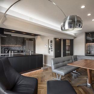 Idée de décoration pour une cuisine ouverte linéaire minimaliste avec un évier encastré, un placard à porte affleurante, des portes de placard noires, un électroménager noir, un sol en carrelage de céramique, un îlot central, un sol gris, un plan de travail noir et un plafond en papier peint.