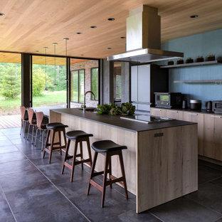 広いコンテンポラリースタイルのおしゃれなキッチン (アンダーカウンターシンク、インセット扉のキャビネット、グレーのキャビネット、ラミネートカウンター、シルバーの調理設備、セラミックタイルの床、グレーの床、グレーのキッチンカウンター、板張り天井) の写真