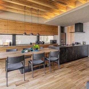 東京23区のコンテンポラリースタイルのおしゃれなキッチン (アンダーカウンターシンク、インセット扉のキャビネット、黒いキャビネット、グレーのキッチンパネル、黒い調理設備、淡色無垢フローリング、ベージュの床、黒いキッチンカウンター) の写真