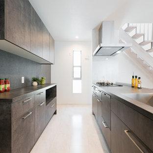 東京23区のモダンスタイルのおしゃれなキッチン (アンダーカウンターシンク、インセット扉のキャビネット、グレーのキャビネット、白いキッチンパネル、ガラスタイルのキッチンパネル、アイランドなし、白い床、グレーのキッチンカウンター) の写真