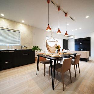 東京23区のモダンスタイルのおしゃれなキッチン (アンダーカウンターシンク、濃色木目調キャビネット、グレーのキッチンパネル、パネルと同色の調理設備、淡色無垢フローリング、アイランドなし、ベージュの床、ベージュのキッチンカウンター) の写真