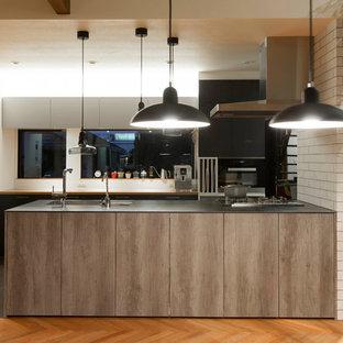 東京23区のコンテンポラリースタイルのおしゃれなキッチン (アンダーカウンターシンク、フラットパネル扉のキャビネット、ヴィンテージ仕上げキャビネット、シルバーの調理設備の、コンクリートの床) の写真