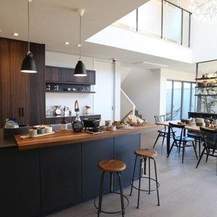 東京23区のコンテンポラリースタイルのおしゃれなキッチン (フラットパネル扉のキャビネット、グレーのキッチンパネル、濃色木目調キャビネット) の写真