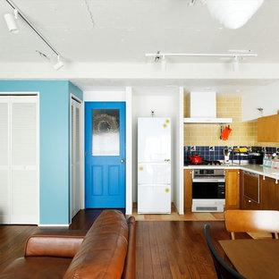小さいミッドセンチュリースタイルのおしゃれなキッチン (茶色い床) の写真