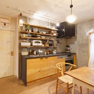 他の地域の小さいモダンスタイルのおしゃれなキッチン (シングルシンク、フラットパネル扉のキャビネット、中間色木目調キャビネット、無垢フローリング、ベージュの床) の写真
