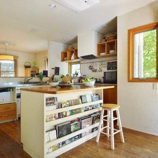 東京23区のアジアンスタイルのおしゃれなキッチン (オープンシェルフ、中間色木目調キャビネット、ステンレスカウンター、白いキッチンパネル、無垢フローリング、茶色い床、グレーのキッチンカウンター) の写真