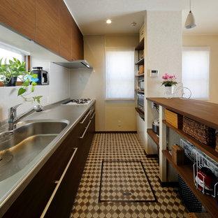 他の地域のカントリー風おしゃれなキッチン (一体型シンク、マルチカラーの床) の写真