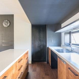 На фото: кухня в восточном стиле с врезной раковиной, столешницей из акрилового камня, белым фартуком, полом из фанеры и белой столешницей с