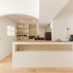小さいヴィクトリアン調のおしゃれなキッチン (アンダーカウンターシンク、赤いキャビネット、人工大理石カウンター、ピンクのキッチンパネル、シルバーの調理設備、無垢フローリング、ベージュの床、白いキッチンカウンター) の写真